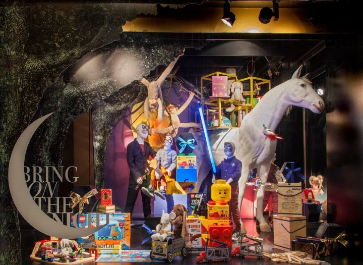 Great window displays for the holidays Bijenkorf